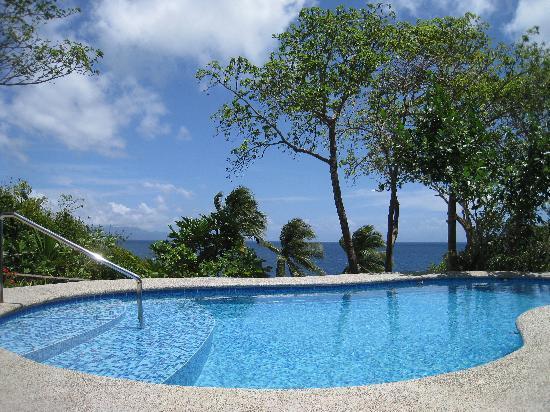 Padre Burgos Castle Resort: swimming pool and sea