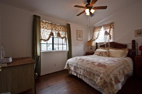Sierra Mountain Lodge - Yosemite: Nice antique-looking bedspreads. Nice and warm, and spacious beds!!