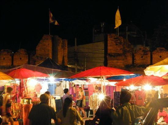 Joy's House: Sunday Market mit alter Stadtmauer im Hintergrund