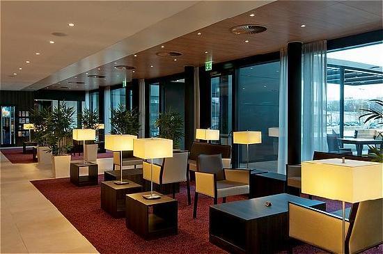 Holiday Inn Express Zurich Airport: Bar Lounge