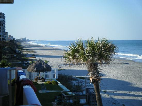Beach House Motel: Picture off the balcony of our room.