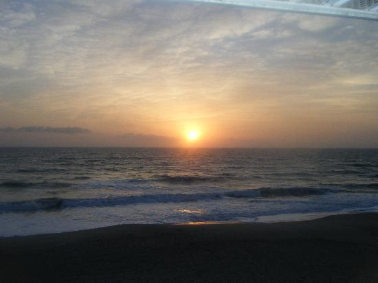 Beach House Motel: Picture of the sun rise from our room.