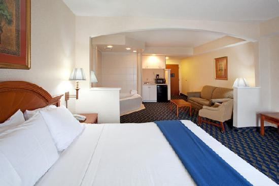 Holiday Inn Express & Suites Orangeburg: jaquizi room
