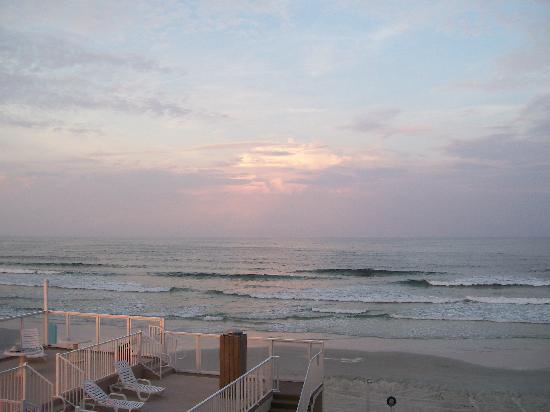بايرتس كوف دايتونا بيتش ريزورت: Walk  on the beach