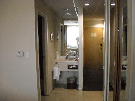 Hotel Antaris Galerias: parte del baño y el pasillo que daba a la puerta...