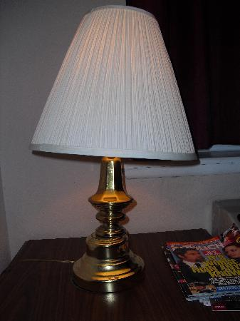 Orlando/Florida Turnpike Extended Stay Hotel: Broken lamp base