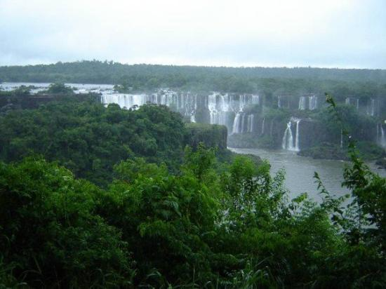 Фос-ду-Игуасу: The waterfalls of Foz do Iguaçu (2.800 meters long)