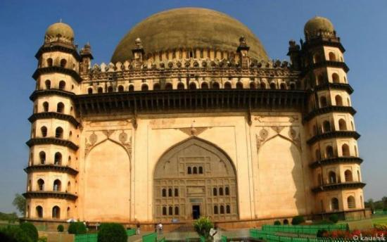 Bijapur, Indien: Built in 1659, it is the mausoleum of Mohammed Adil Shah