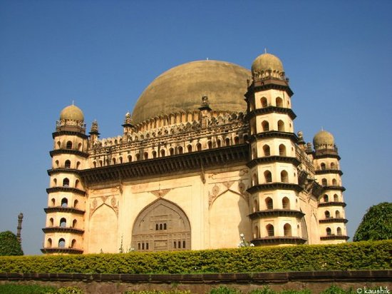 gol gumbaz Gol gumbaz bijapur getting off from the railway station at bijapur, i am lost in a melee of fruit vendors, auto drivers, cyclists and passengers.