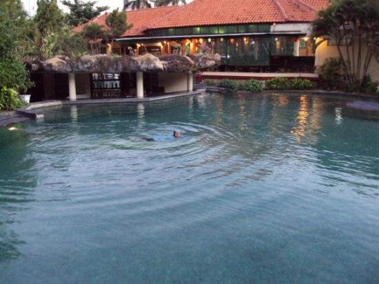 Aruna Senggigi: who uses the hotel pool, when the sea is across the street?