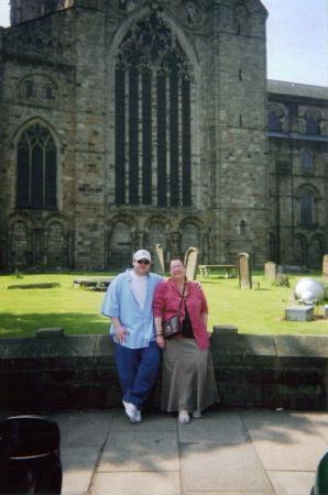 Durhamkatedralen: Me and my mam at Durham Cathedral, Durham, UK