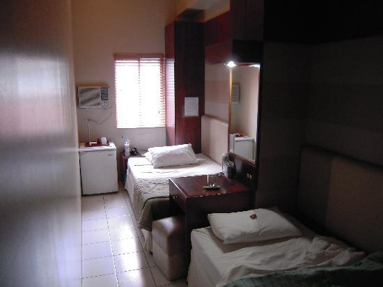 Hostel 1632 : 部屋は細長く、ベッドが縦に2つ並んでいます。