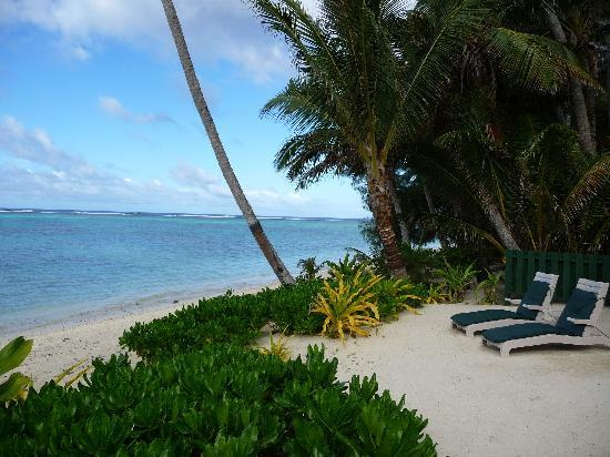 Rarotonga Beach Bungalows : View down the beach at RBB