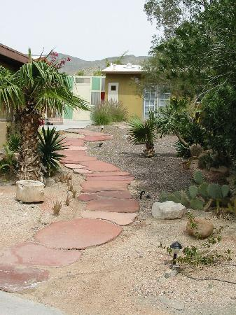 Nurturing Nest Mineral Hot Springs Retreat and Spa: Garden Path