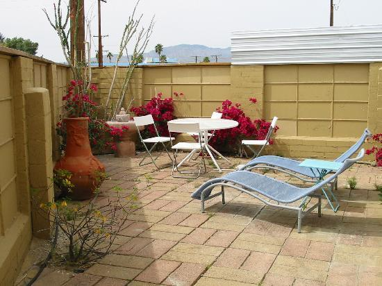 Nurturing Nest Mineral Hot Springs Retreat and Spa: Room with a patio!