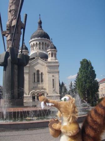 Cluj-Napoca, โรมาเนีย: Orthodoxe cette fois ci, avec une jolie fontaine devant.