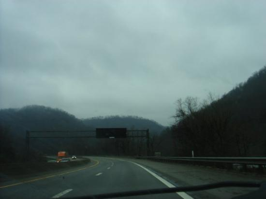 Charleston, Virgínia Ocidental: Highway in West Virginia. More amazing mountains~
