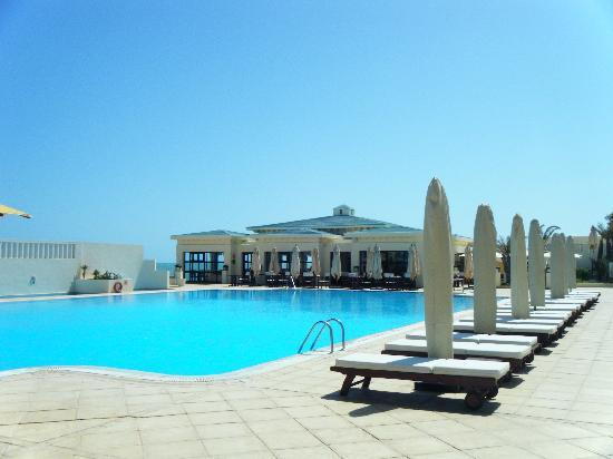 Radisson Blu Ulysse Resort & Thalasso Djerba: View of the swimming pool & one of the nice restaurants