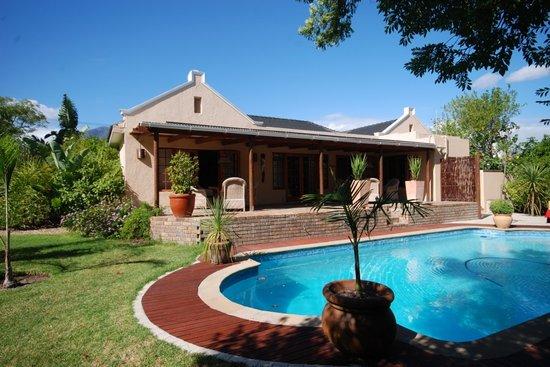 KhashaMongo Guesthouse: Pool und Terrasse