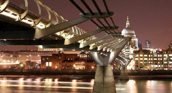 Millennium Bridge : Night time at the bridge!