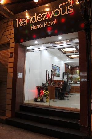 Hanoi Rendezvous Hotel: Front Entrance