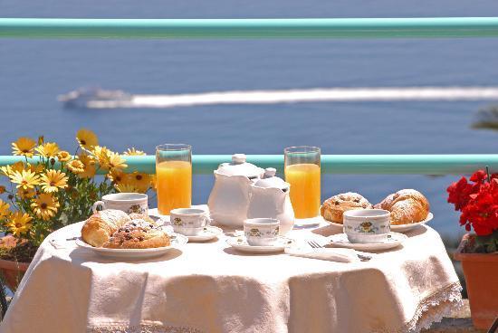 Colazione con vista mare foto di il rifugio di ela for Buongiorno con colazione