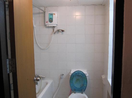 Hillside Plaza & Condotel 4 : 浴槽、シャワー付き(お湯溜めに時間要)