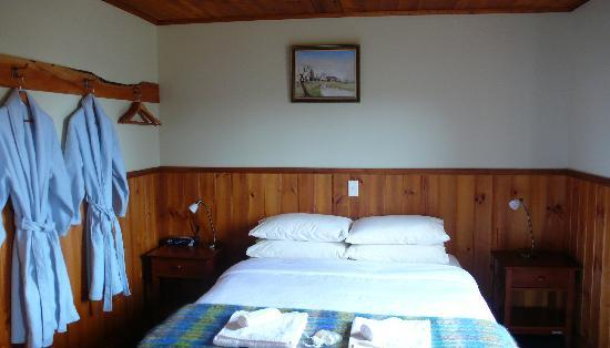 Tin Dragon Trail Cottages: Put on your robe and head out to the hot tub