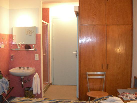 Hotel San Carlo Garni: camera e lavandino