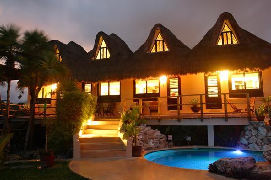 Mezzanine Colibri Botique Hotels: Mezzanine ocean view rooms at night.