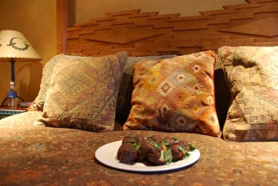 El Farolito B&B Inn: Chocolate-covered strawberries and champagne awaited us in our room!