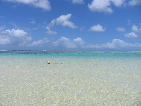 Royal Orchid Guam Hotel: 道路を渡って直ぐのビーチ近辺(徒歩3分位)