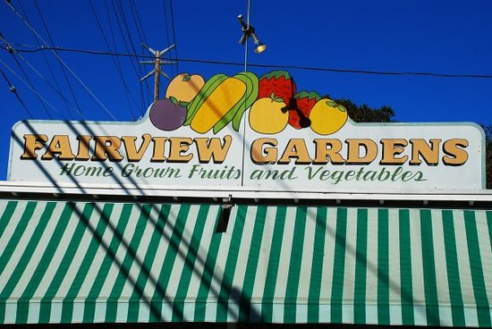Goleta, Καλιφόρνια: The farm stand greets you from Fairview Ave.