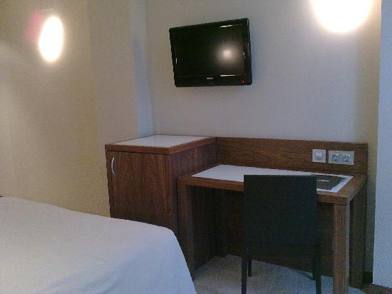 Sercotel Hotel Gran Bilbao: escritorio y tv