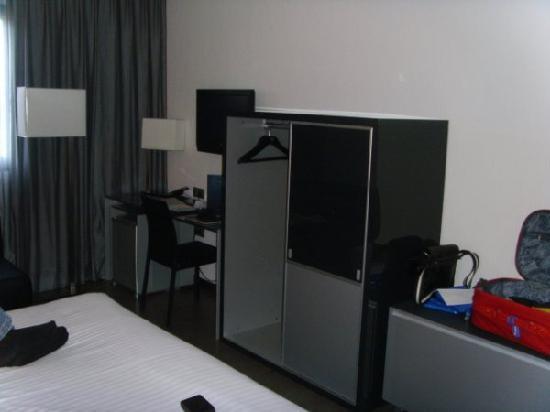 AC Hotel Murcia by Marriott: Vista del armario, tele y mesa de despacho