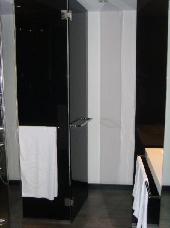 AC Hotel Murcia by Marriott: Puertas de cristal negro para entrar al WC y vidé