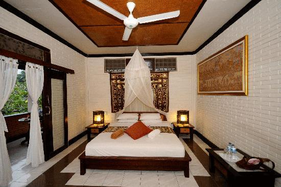 Puri Bayu Guest House: room with king sized bed