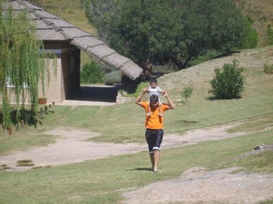 Tanti, Argentina: Tio y sobrino paseando