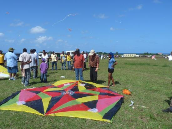 "St. Ann's Bay, Jamaika: Me ""helping"" a kite team at the Jamaica International Kite Festival in St. Ann."