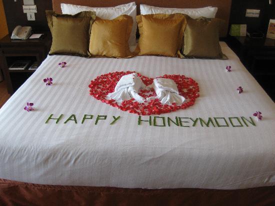 Pullman Phuket Panwa Beach Resort: Welcome flowers arranged on bed