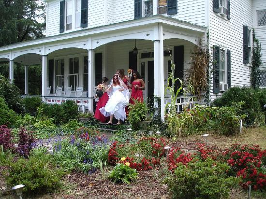 Inn on Poplar Hill: Celebrate at a Garden Wedding