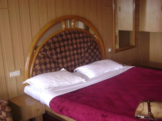 Hotel Darshan: comfortable bed