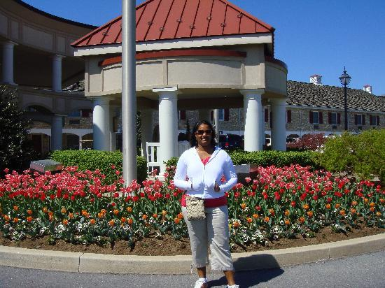 Hershey Lodge: My wife in front the hotel