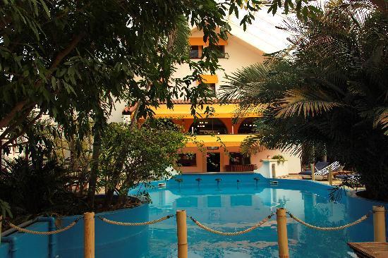 """Tropical Hotel: Vue du restaurant depuis le piscine """"tropicale"""""""