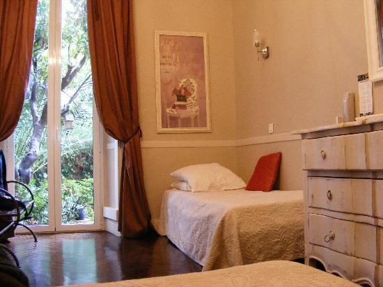 Chambre 1 lit simple vu du lit double - Photo de Nice Garden Hotel ...