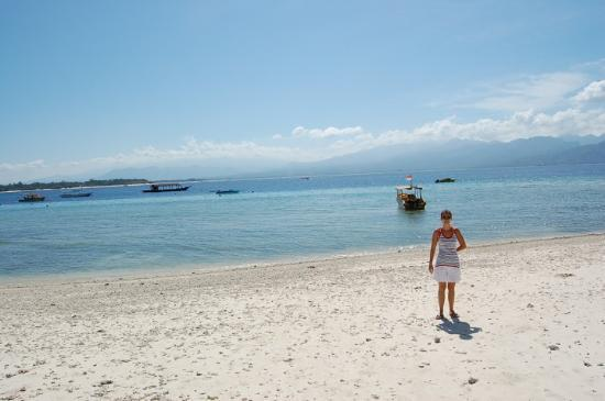 Gili Trawangan, Indonesia: The beach in front of our Hotel and where we danced in new years night