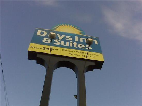 Chatt City Suites: Days Inn sign