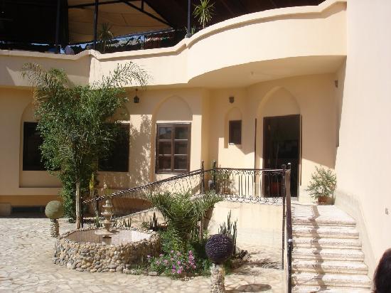 El Nakhil Hotel & Restaurant: Entry courtyard - front of hotel