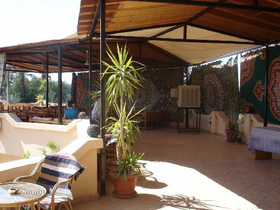 El Nakhil Hotel & Restaurant: Open-air restaurant