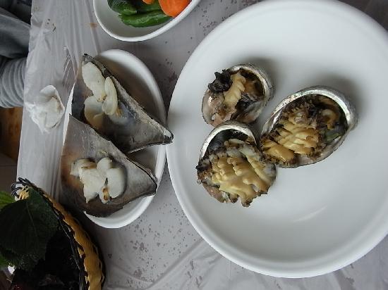 Busan, Sør-Korea: 鮑の塩焼き、ホタテ貝の塩焼き